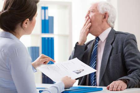 Vista del jefe aburrido durante la entrevista de trabajo Foto de archivo - 38335960