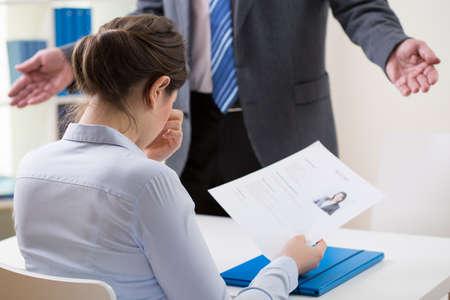 avergonzado: Vista de vergüenza chica solicitar un empleo Foto de archivo