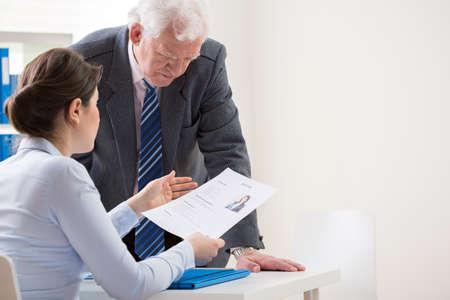 jefe: Vista del jefe de hablar con el candidato de empleo