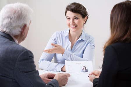 empleados trabajando: Equipo de recursos humanos durante la entrevista de trabajo con la mujer Foto de archivo