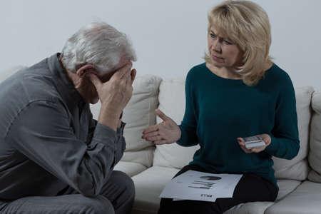 Foto van senior paar met financiële problemen Stockfoto