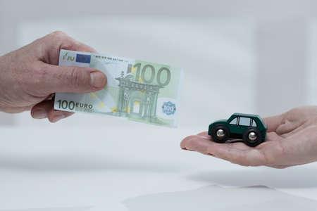 poor man: Primer plano de pobre hombre so�ando con nuevo auto