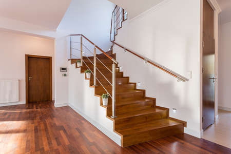Imagen de la escalera de madera en vestíbulo