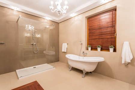 Grote warme badkamer met glazen douche