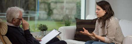 terapia psicologica: Muchacha que dice acerca de sus problemas en la terapia