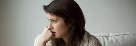 Trieste depressieve jonge vrouw na te denken over haar leven Stockfoto