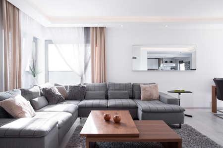 快適なコーナーソファの装飾的なクッションがたくさん