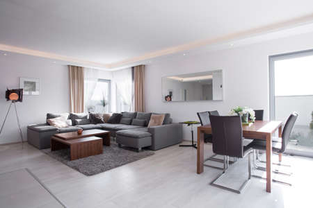 Jídelní stůl v jasném exkluzivním obývacím pokoji