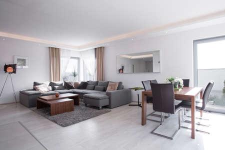 Mesa de comedor en la luminosa sala de estar exclusiva Foto de archivo - 38335575