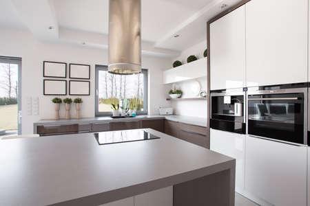 microondas: Brillante interior belleza cocina de diseño moderno Foto de archivo