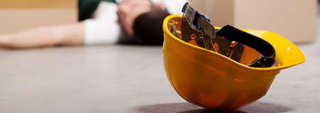 accidente trabajo: Accidente peligroso en almac�n durante el trabajo - trabajador herido Foto de archivo