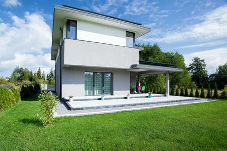 case moderne: Vista della casa moderna dall'esterno