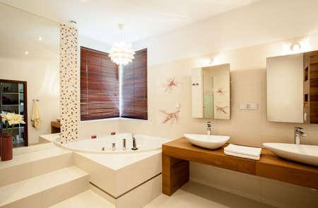 Binnen de luxe stijlvolle badkamer Stockfoto
