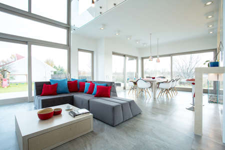Ruime luxe woonkamer in grote residence Stockfoto