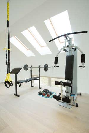 Fitnessraum zu hause luxus  Kleiner Fitnessraum Im Weißen Raum Zu Hause Angeordnet Lizenzfreie ...