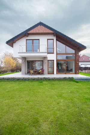 緑の庭と大きなの排他的な家 写真素材
