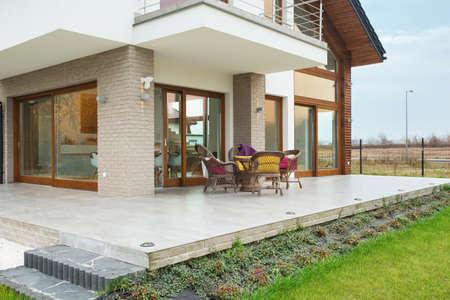 Grote moderne residentie met marmeren veranda