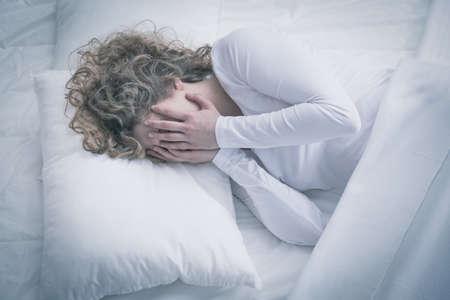dolor: Muchacha triste con la depresi�n con su cara de las manos