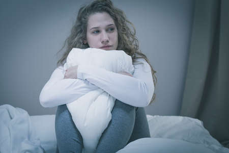fille pleure: Jeune femme d�prim�e triste de penser sur le pass�