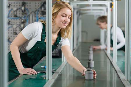 asamblea: Las trabajadoras de l�nea de montaje en sala de producci�n Foto de archivo