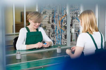 Vrouwen werken op de productielijn in productie centrum