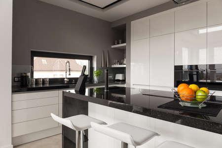 Beeld van zwarte en witte keuken ontwerp Stockfoto