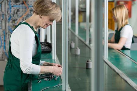 工場で働く女性の横の眺め 写真素材