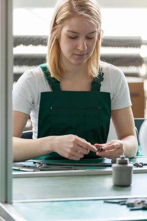 asamblea: Trabajador de la línea femenina atractiva en el centro de fabricación