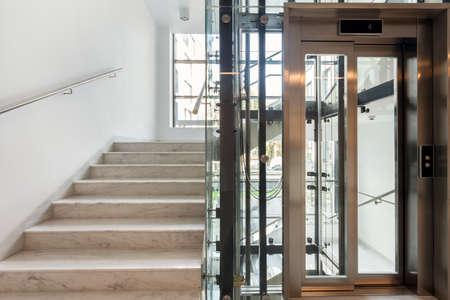 Les escaliers et les ascenseurs dans le bureau d'affaires moderne