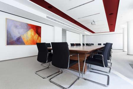 muebles de madera: Sala de juntas con una larga mesa en el centro de negocios