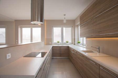cucina moderna: Armadi in legno in cucina beige in stile tradizionale Archivio Fotografico