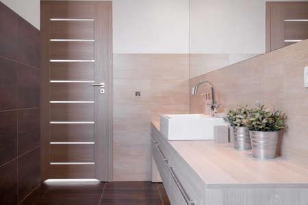 Modern toilet voor de gasten in luxe huis