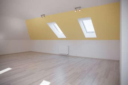 Intrieur De Chambre Mansarde Avec Plafond En Pente Banque DImages