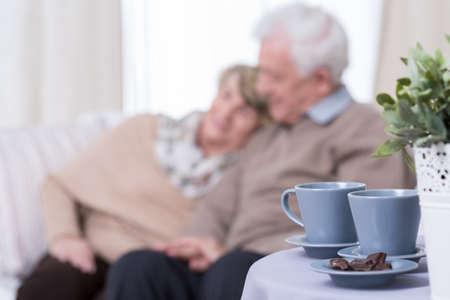 Foto presenteren gelukkig senior huwelijk op pensioen