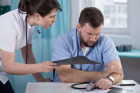 medische kunst: Bezorgd arts die fout begaan in de medische techniek