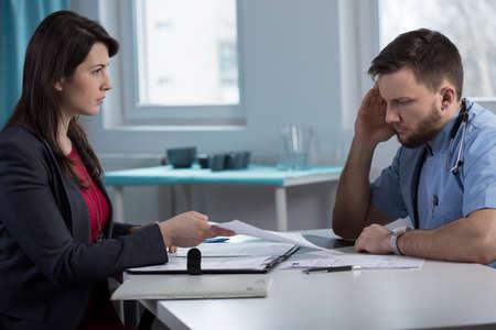 dagvaarding: Afbeelding van vrouwelijke advocaat in de spreekkamer