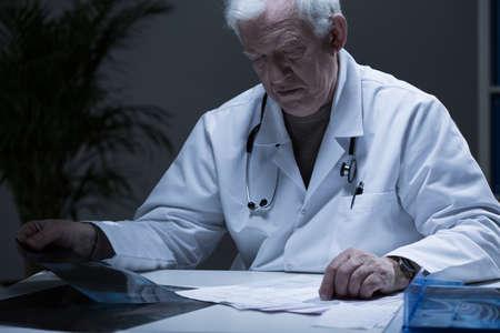 カルテを読んで病院病棟部長 写真素材
