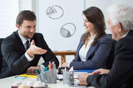 비즈니스 회의 중 회사의 관리보기