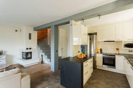 cucina moderna: Cucina aperta e soggiorno in casa di lusso