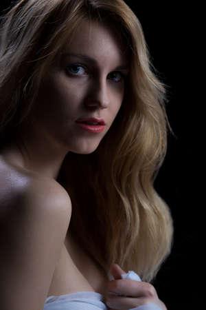naked young women: Довольно молодая блондинка женщина с красными полными губами