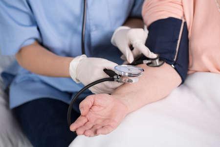 hipertension: Primer plano de la enfermera con medidor de presión arterial Foto de archivo