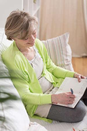 Sourire ans femme écrit moyenne dans l'ordre du jour Banque d'images - 38926856