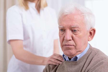 vecchiaia: Desperate triste pensionato che vive in casa di riposo