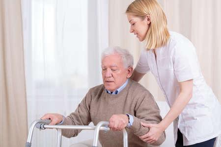 ヘルスケア: 特別養護老人ホームにおけるリハビリテーションの水平方向のビュー 写真素材