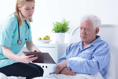 se�ora mayor: Doctora hablando con el paciente acerca de los resultados de pruebas