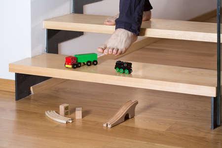 男の足で踏んで階段のおもちゃのクローズ アップ