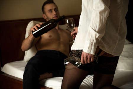38883776-imagen-del-hombre-vierte-el-vino-en-el-dormitorio.jpg?ver=6