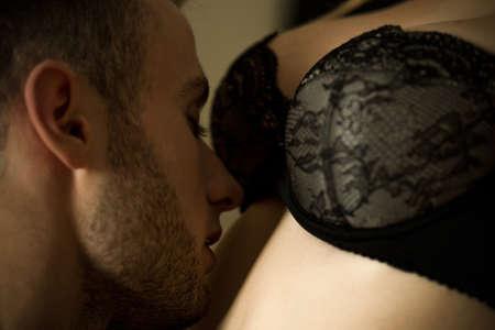 sexo pareja joven: Imagen sensual de pareja íntima durante los escarceos sexuales