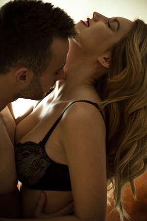 sexo pareja joven: Hombre besando el cuello Hermoso de mujer sexy