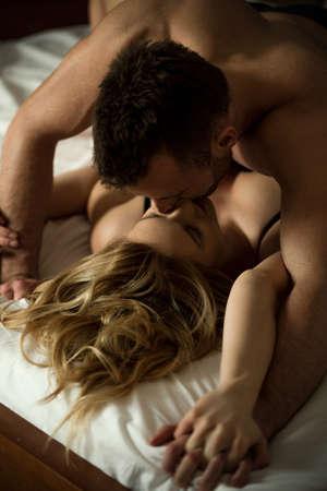 young couple sex: Молодые любители, имеющие горячий секс в спальне